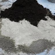 Torv, cement och sand.