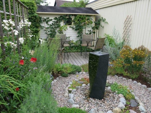 Örtagården och vattenstenen.
