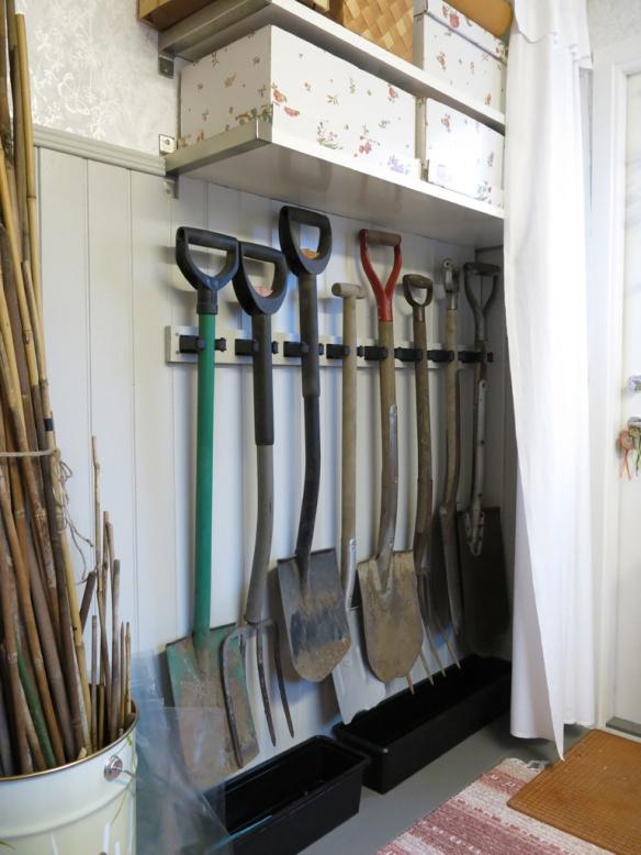 5 feb 15 trädgårdsbod trädgårdsrum spadar förvaring