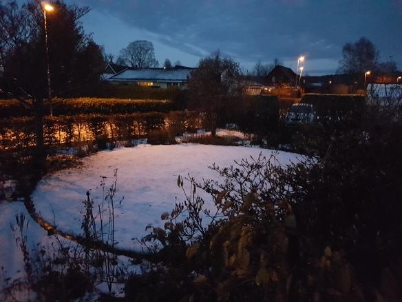 10 Nov 16 gräsmattecirkeln snö framsidan